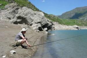 La pêche à la truite dans un lac d emontagne